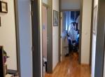 Hodnik - pogled na istok i ulaze u sobu, kupatilo i garderobu